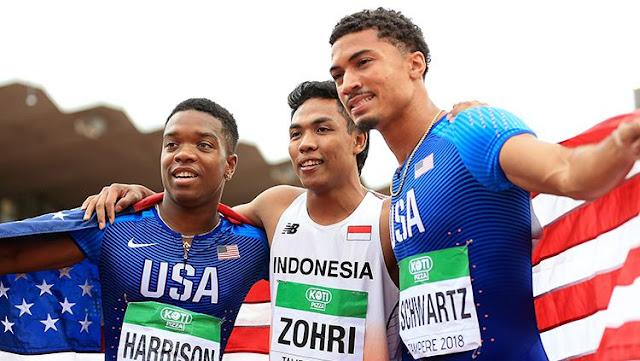 Muhammad Zohri dari Indonesia (tengah), Anthony Schwartz dan Eric Harrison dari Amerika Serikat (AS) di kejuaraan dunia lari 100 meter putra U-20