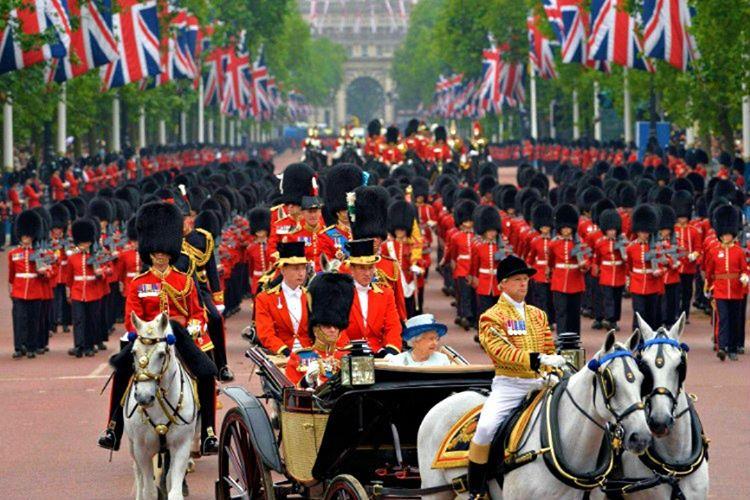 Buckingham Sarayı'nın askerleri geleneksel kıyafetler giymektedir, kafalarında kocaman bir şapkaları vardır.
