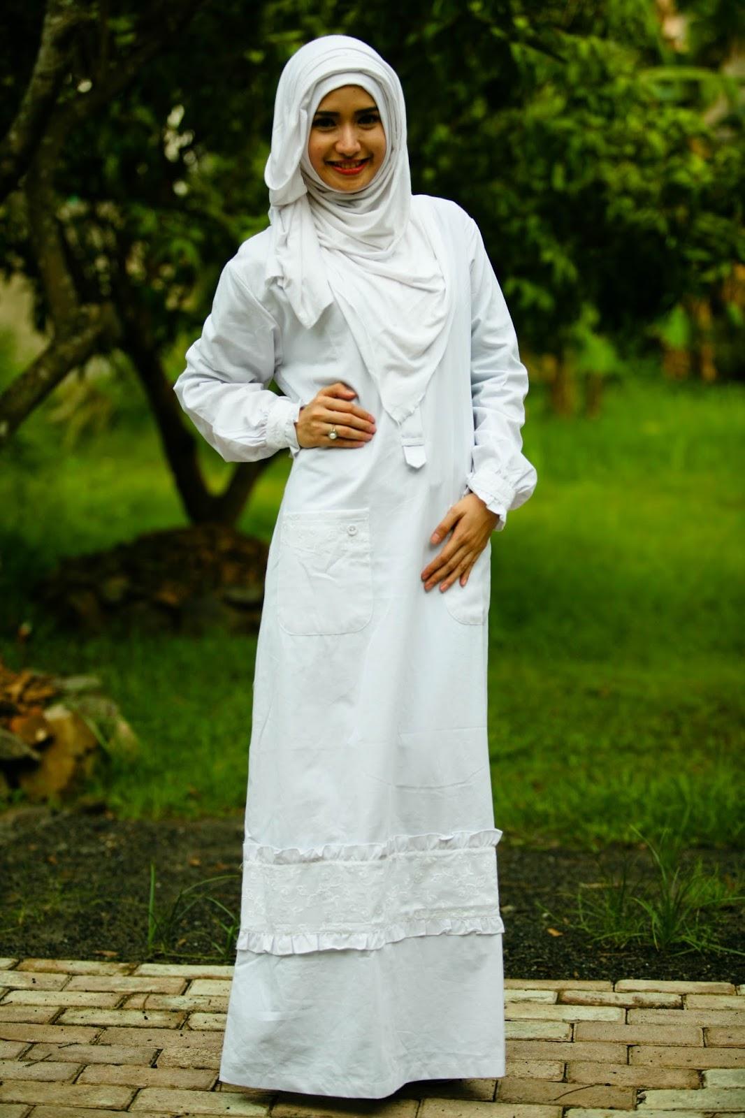Model Baju Muslimah Lebaran Warna Putih Terbaru