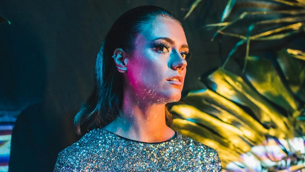Com 24 anos, a curitibana estreou na música no finalzinho do último ano e, para seu disco de estreia, promete uma mistura de faixas em português e inglês.
