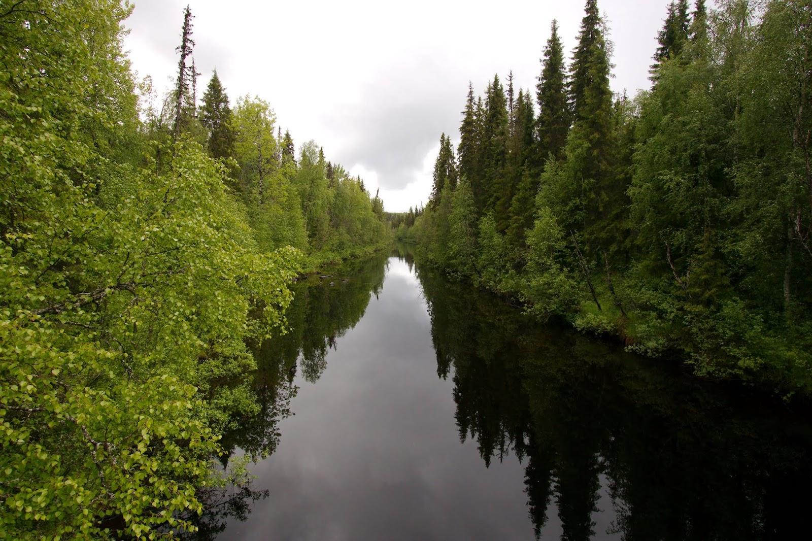 Auttijoki virtaa kauniina ja tyynenä