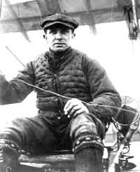 Imagen de Jorge Chávez sentado en su avioneta