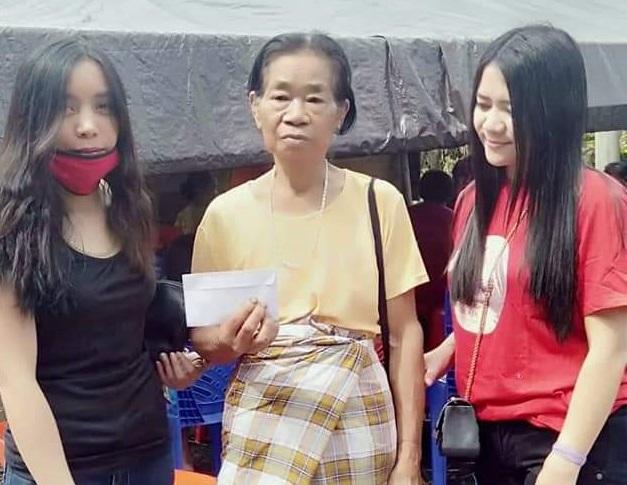 Toraja Cinta Sitarrak Lope Lope Serahkan Bantuan Kepada Korban Kebakaran di Sangalla