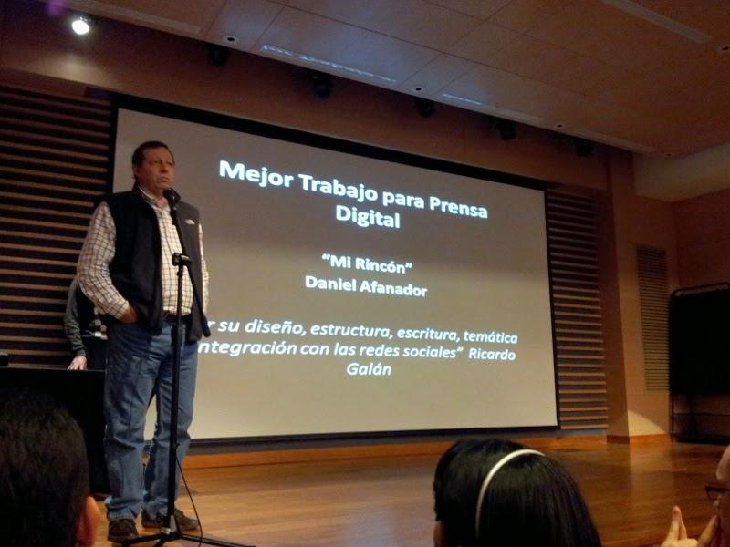 Ricardo Galán entregando el premio a mejor trabajo para prensa digital de la Facultad de Comunicación de la Universidad de La Sabana