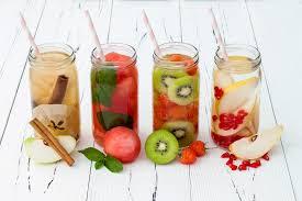 Toma agua frutas naturales