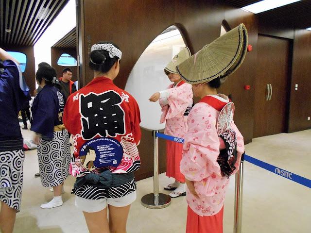 出番待ちの中国人女性たち
