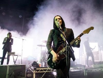 Foto de Placebo cantando en concierto