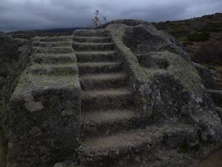 Doble escalera y cavidades. Altar de los sacrificios