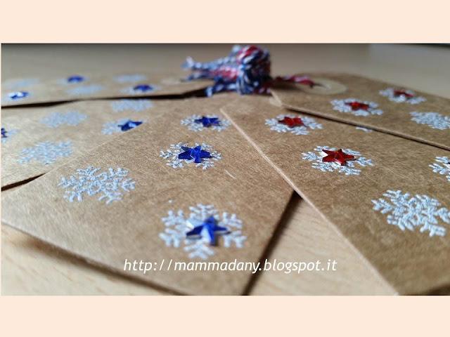 tags-chiudipaccodi Natale con stelline di Natale blu e rosse