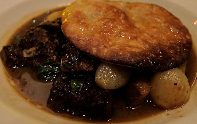 Sauté de chevreuil aux pruneaux d'Agen, Armagnac, galette de pommes de terre, petits oignons blancs glacés