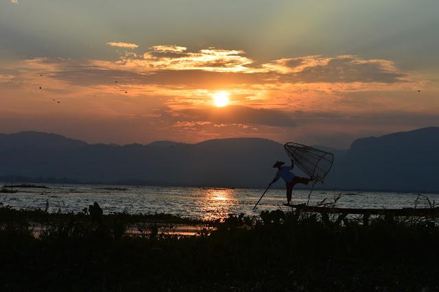 Pêcheur traditionnel au moment du coucher de soleil au Lac Inle