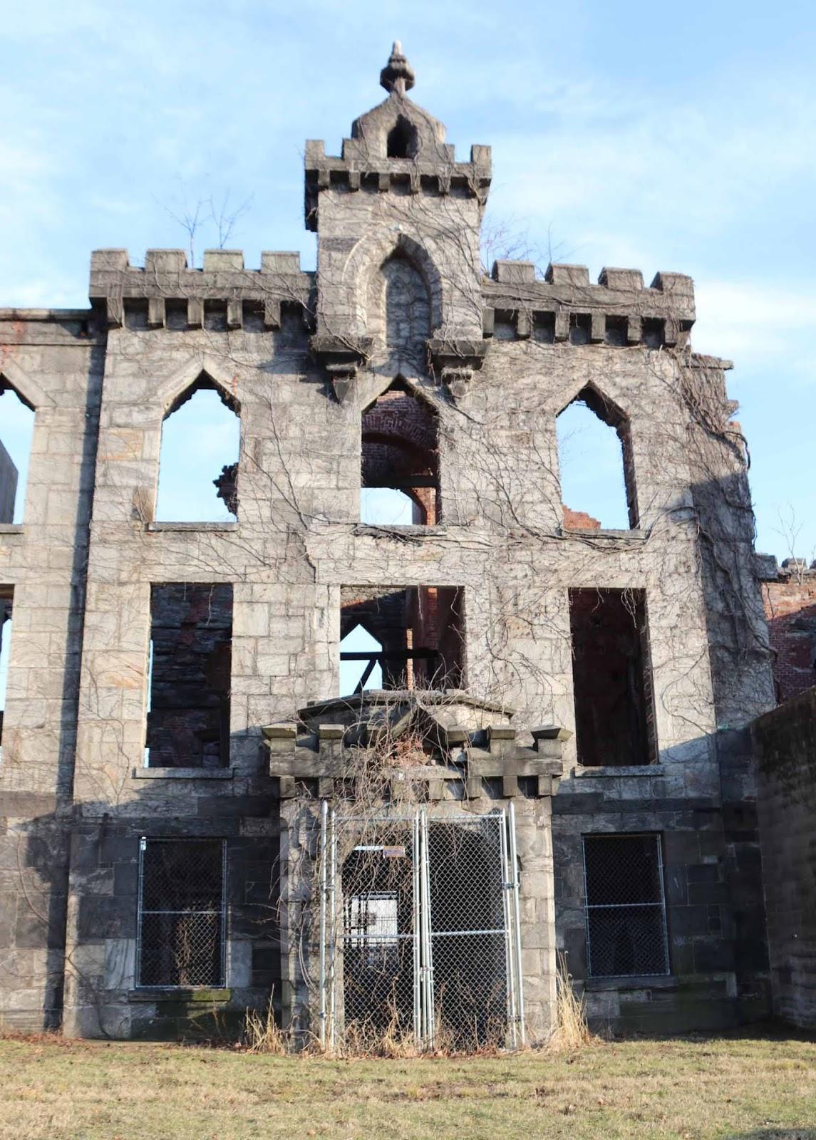 Isorokkosairaala - vain seinät ovat enää pystyssä