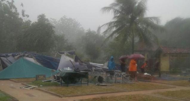 Hujan Deras dan Angin Kencang Iringi Pemakaman Sutan Bhatoegana