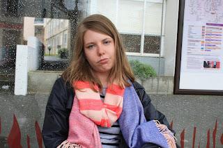 Eine junge Frau ist schaut traurig in die Kamera
