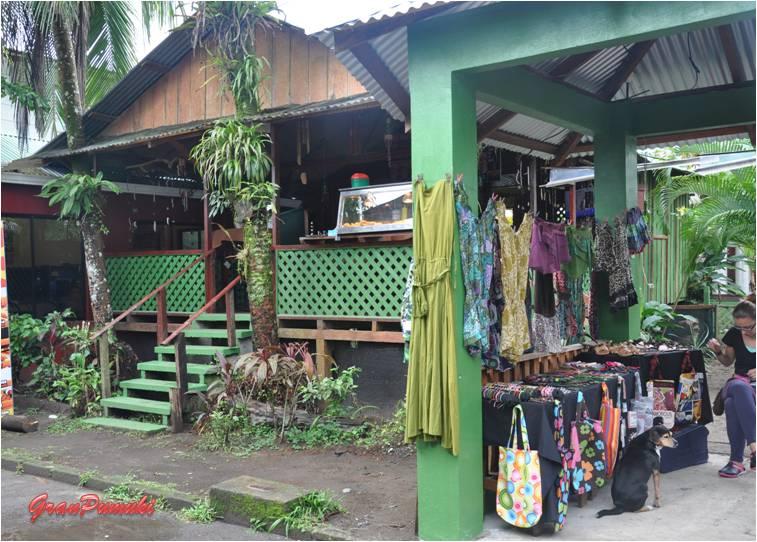 """Tiendas y bares en Tortuguero. Su aspecto es mezcla de cuidado y """"salvaje"""". En Blog de Viajes de Pumuki, Costa Rica, Tortuguero"""