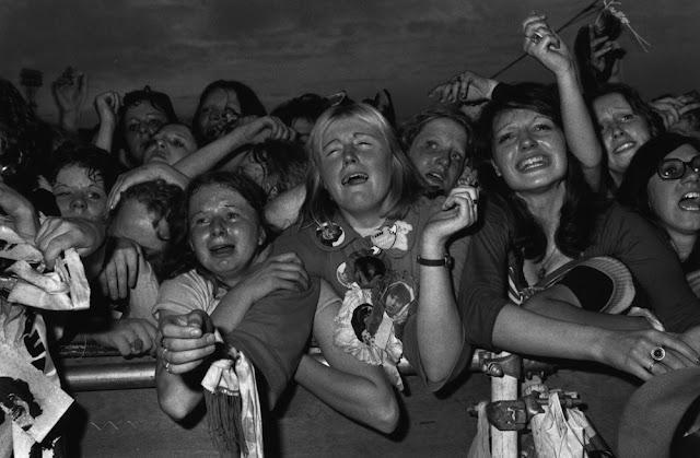 Devojke u transu na koncertu poznatog pevača