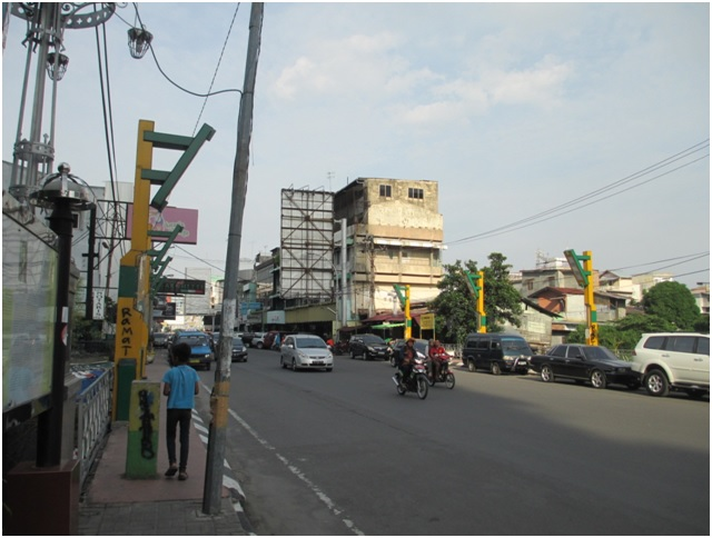 Jembatan Kebajikan- Virtuous Bridge yang menghubungkan Jalan Zainul Arifin Kampong Madras dan Jalan Gajah Mada. Sejak dibangun 99 tahun lalu (2015-1916), kondisi Jembatan Kebajikan sama seperti aslinya dan mengalami pelebaran jalan tahun 1993. Jembatan ini dibuat untuk mengenang Tjong Yong Hian (1850-1911). Saat ini di kota Medan setiap jembatan rata-rata dicat dengan warna hijau dan kuning, warna Khas Melayu.