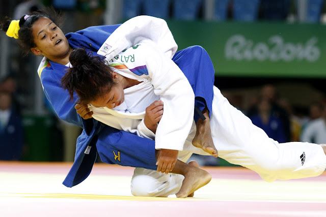 Dayaris Mestre Álvarez (azul) de Cuba, se enfrenta a  A Ratiarison (blanco) de Moldavia, en la categoría de los 48  Kg del judo femenino de los Juegos Olímpicos de Río de Janeiro, en el Arena Carioca 2, en Barra de Tijuca,  Brasil, el 6  de agosto de 2016.