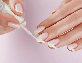 Krok trzeci we francuskim manicure
