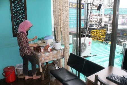 makan pagi di hostel phuket thailand