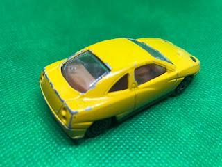 フィアット クーペ のおんぼろミニカーを斜め後ろから撮影