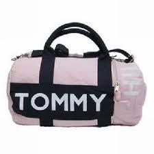 5b6be92ac Mantendo-se sempre como estilista principal da marca, em 1992 assumiu o  cargo de diretor da empresa. A Tommy Hilfiger apostou sempre ...
