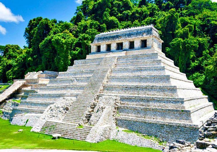 Bu maya tapınağı, Yazıtlar Tapınağı olarak da bilinen en eski Maya tapınaklarından biridir.