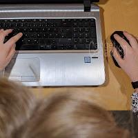 Ein Kind sitzt am Computer