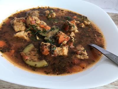 Mięso wieprzowe z cukinią w zupie gulaszowej
