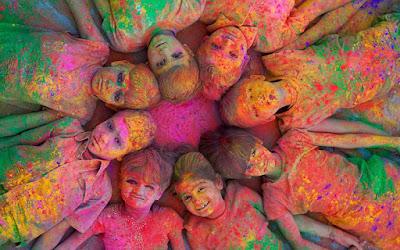 Chaque année, Holi est fêtée partout en Inde, du Nord au Sud, ainsi que par les communautés indiennes à l'étranger. Cette fête religieuse hindoue, qui marque la fin de l'hiver et le début du printemps, est célébrée au cours de la pleine lune du mois de Phâlguna (février-mars). Le jour de Holi, tout le monde se jette des poudres et de l'eau colorées dessus. En 2017, Holi a eu lieu le 13 mars.