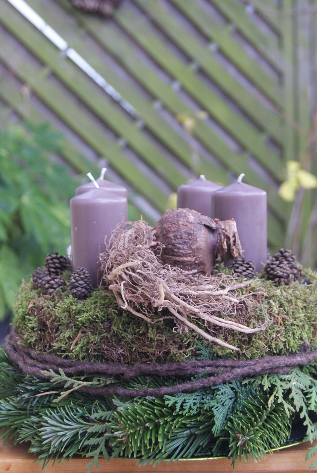 DIY Adventskranz mit Amaryllis, Zapfen und Filz