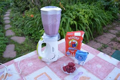 Молочный коктейль с дачными ягодами