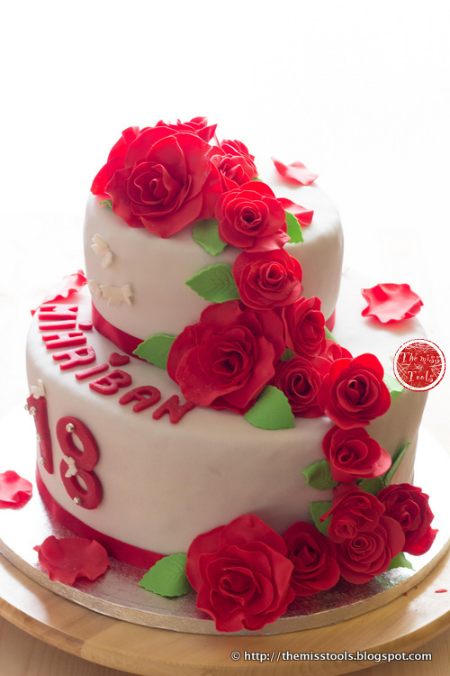 The miss tools torta con cascata di rose rosse red rose for Piani a forma di artigiano