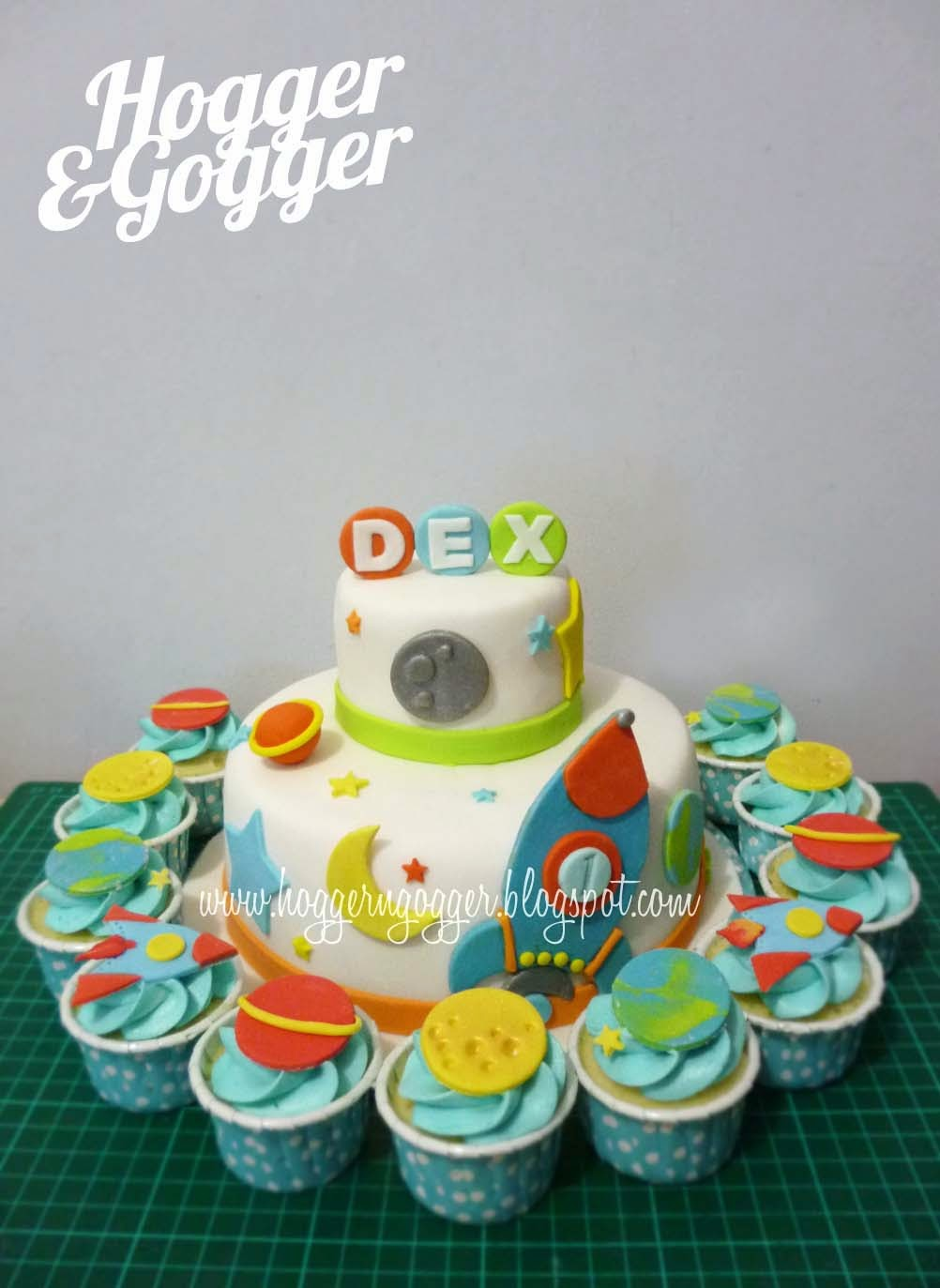 Hogger Amp Gogger Outer Space Birthday Cake And Cupcakes