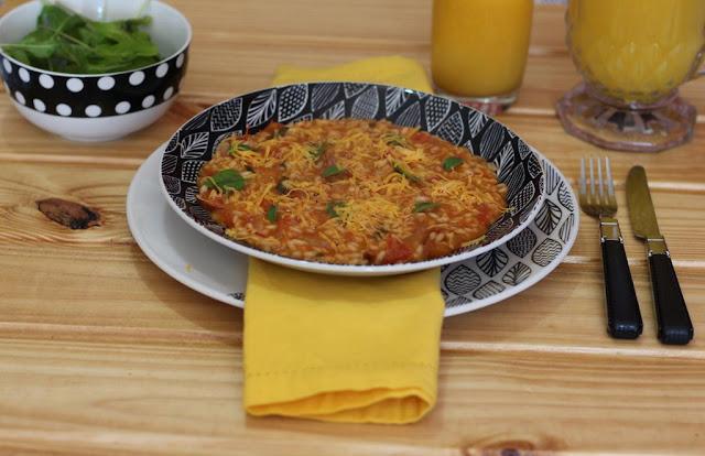 Risoto vegetariano de tomate com manjericão