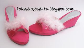 Sepatu Sandal Pesta Hak Wedges Model Bulu Bulu Pink Baby Cantik Unik Terbaru