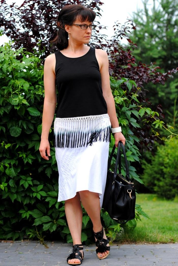 stylizacja z białą spódnicą