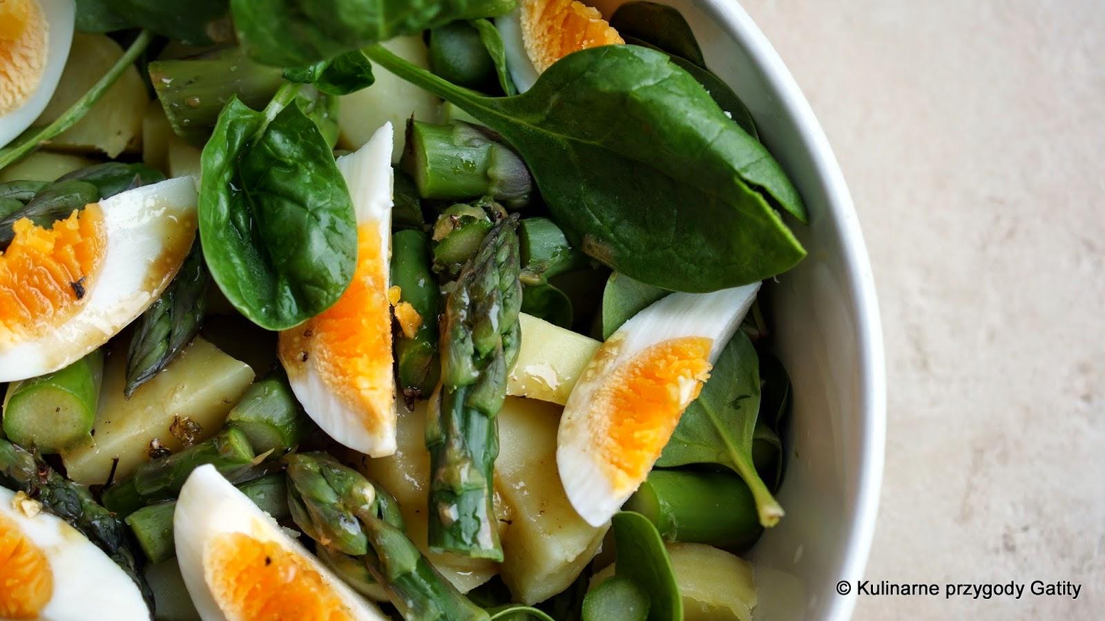 zielona-salatka-na-talerzu