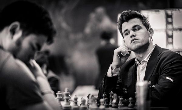Défaite surprise en 17 coups du champion du monde en titre, Magnus Carlsen qui laisse une pièce au 12ème coup contre l'Américain Hikaru Nakamura - Photo © Lennart Ootes