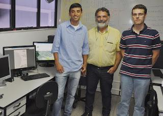 Leonardo de Oliveira, ex-aluno do UNIFESO Teresópolis, com os professores José Roberto e Bruno Carlos: software foi criado para auxiliar o poder público a traçar planos de combate e prevenção à dengue