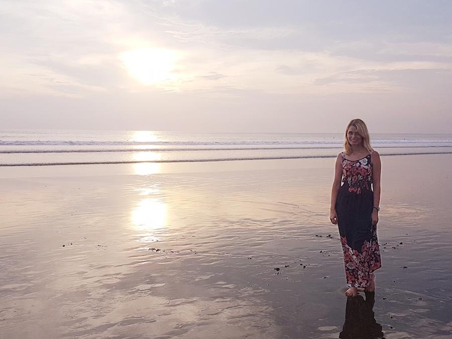 Frau im Sonnenuntergang auf Bali