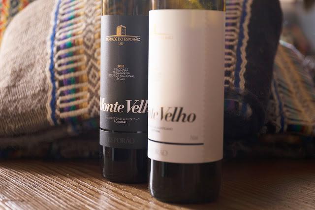 Na imagem, os vinhos tinto e branco Monte Velho Esporão Blend, sugestão de harmonização para o Cardápio de aniversário do Baco.