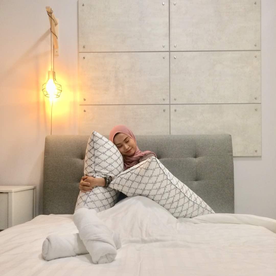 Leyna Tidur Dengan Bantal Ala Hotel Blogger Modelvlogger House Of Julia Asli Dibasuh Bila Perlu Sahaja Jadi Jangan Rajin Sangat Nak Basuh Hari Haha
