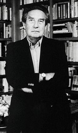 Foto de Octavio Paz parado y con los brazos cruzados