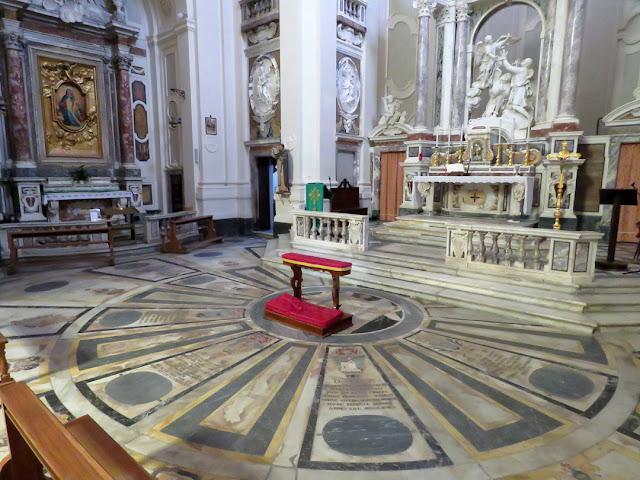 The high altar of the San Fernando church with the sculpture Gli schiavi liberati (The Liberated Slaves) by Giovanni Baratta, Livorno