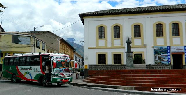 ônibus enfeitados na cidade de Cotacachi, Equador