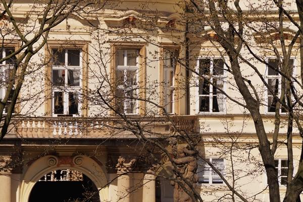 Balkon der deutschen Botschaft in Prag | Tasteboykott