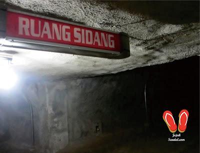 ruang sidang di dalam bunker jepang bukittinggi