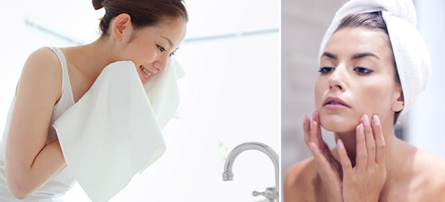 δύο Γυναίκες με λευκές πετσέτες καθαρίζουν περιποιούνται το πρόσωπο How to Καταρρίπτουμε 9 μύθους ομορφιάς