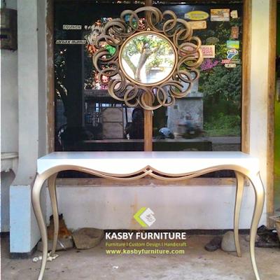 Meja Konsul Minimaslis Desain simple Furniture  ini terlihat simple tapi berkesan elegant di tempatkan di foyer apartemen atau rumah hunian anda. Meja Konsul  yang kami sediakan bervariabel dari yang jenis ukiran, bahan kayu jati maupun mahoni , gaya klasik / minimalis dll. Untuk melihat koleksi meja konsul kami yang lain silahkan lihat disini